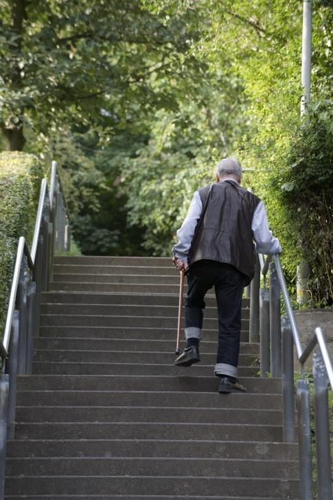 einsamer alter mann geht die Treppe hinauf